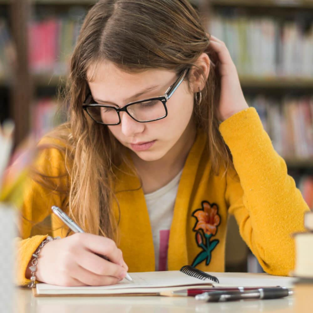 Dziewczyna uczy się do dyktanda